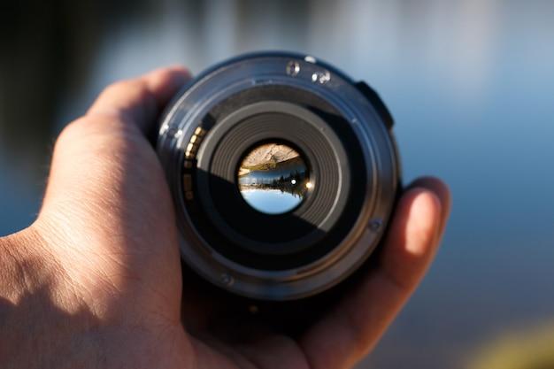 Selektywne ujęcie ostrości osoby trzymającej obiektyw aparatu