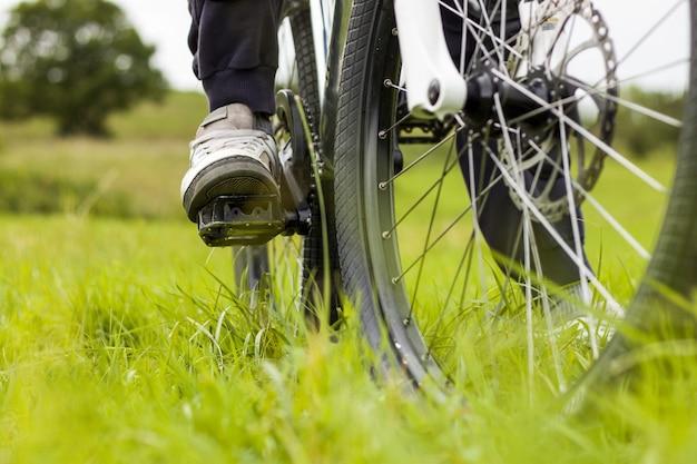 Selektywne ujęcie ostrości rowerzysty w lesie