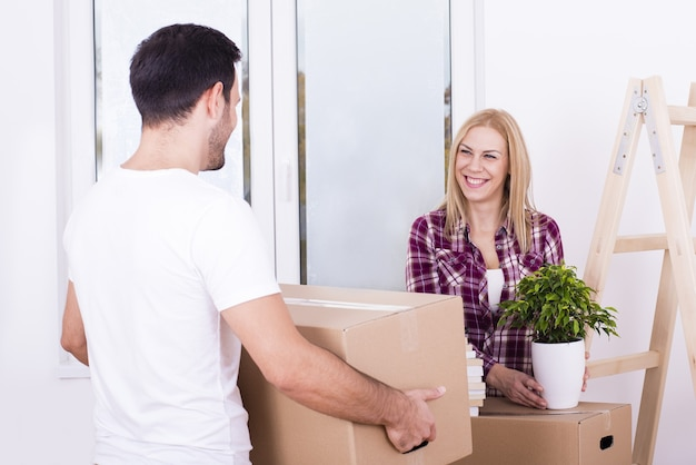Selektywne ujęcie ostrości szczęśliwej białej pary wprowadzającej się razem do nowego domu