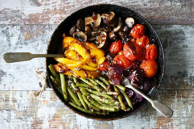 Selektywne ustawianie ostrości. patelnia z pieczonymi warzywami. dieta wegańska.