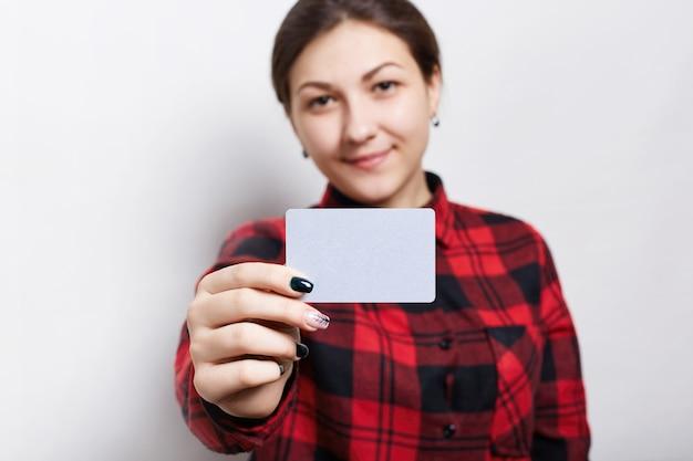 Selektywne ustawianie ostrości. portret żeński bizneswoman w sprawdzać czerwonej koszula