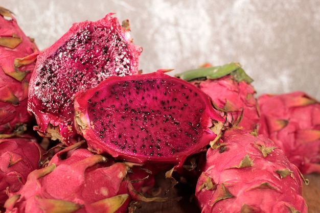 Selenicereus undatus świeży i kolorowy.