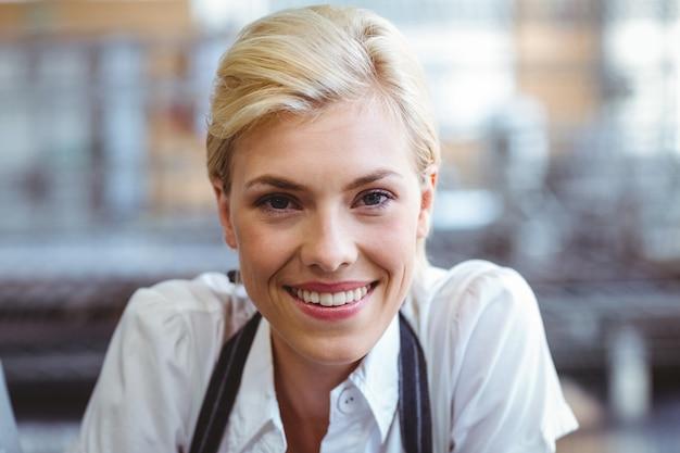 Selfassured żeński kelnerki ono uśmiecha się