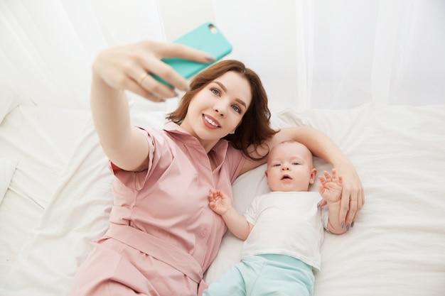 Selfie matki i syna w sypialni. widok z góry