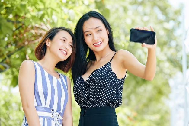 Selfie portret kobiet na zewnątrz
