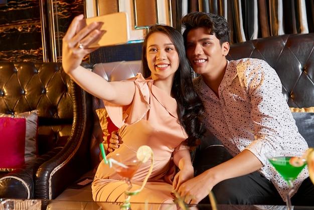 Selfie portret pary w restauracji