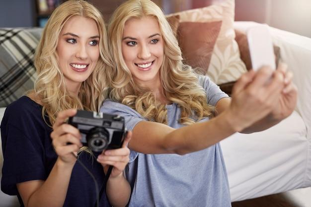 Selfie z siostrą bliźniaczką przez telefon komórkowy