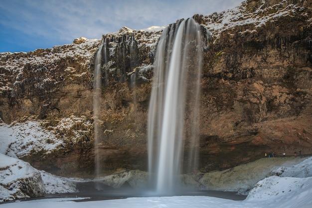 Seljalandsfoss jest jednym z klejnotów koronacyjnych islandzkich wodospadów