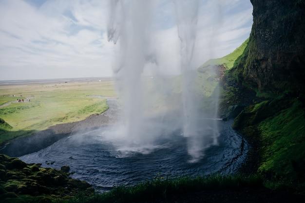 Seljalandsfoss, piękny i turystyczny wodospad w południowej islandii. zdjęcie wysokiej jakości