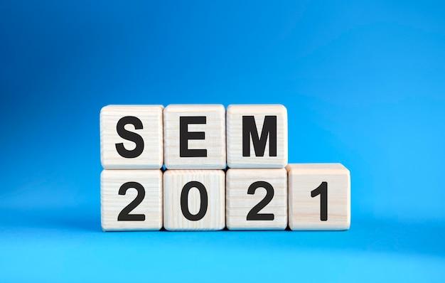 Sem 2021 rok na drewnianych kostkach na niebieskim tle