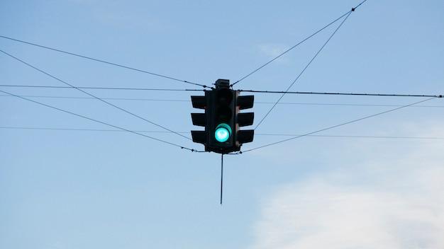 Semafor wiszący nad skrzyżowaniem dróg
