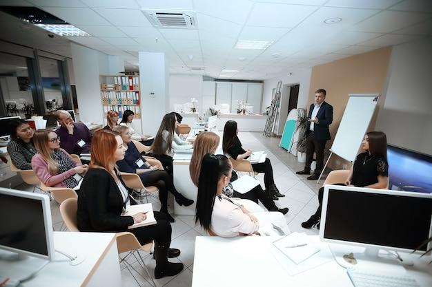 Seminarium na temat rozwoju biznesu. koncepcja edukacji. zdjęcie z miejscem na tekst