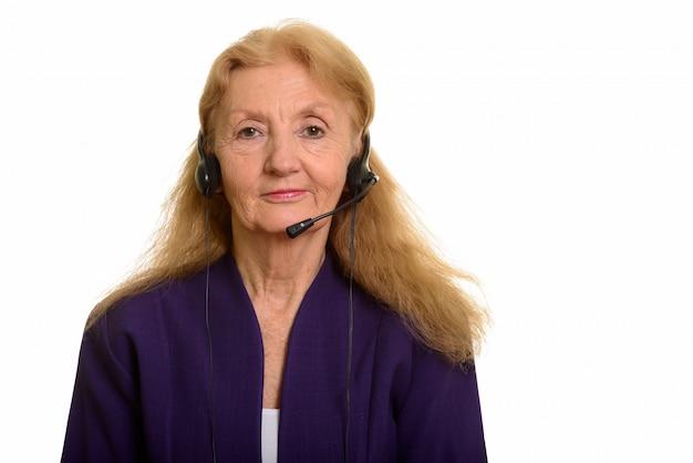 Senior businesswoman noszenia słuchawek pracujących w call center