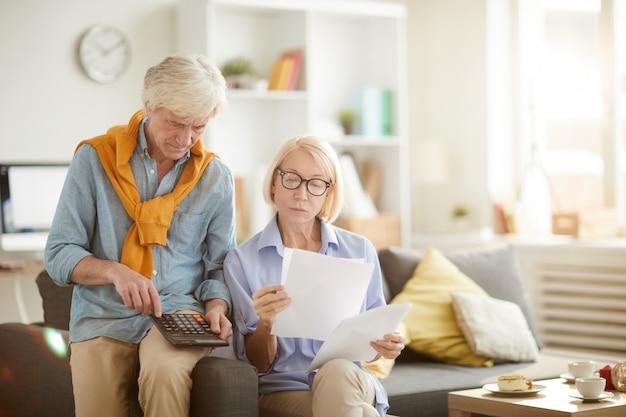 Senior couple obliczanie podatków