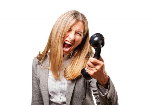 Senior kobieta krzyczy na telefon