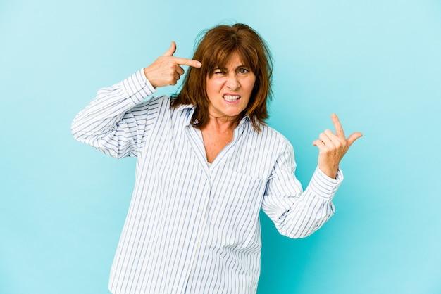 Senior kobieta odizolowywająca pokazując gest rozczarowania z palcem wskazującym