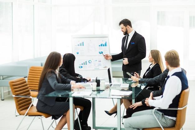 Senior manager firmy oraz zespół biznesowy prowadzą dyskusję na temat prezentacji nowego projektu finansowego.