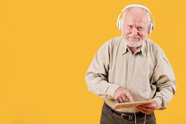 Senior odtwarzanie muzyki na tablecie