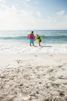 Senior para korzystających na plaży