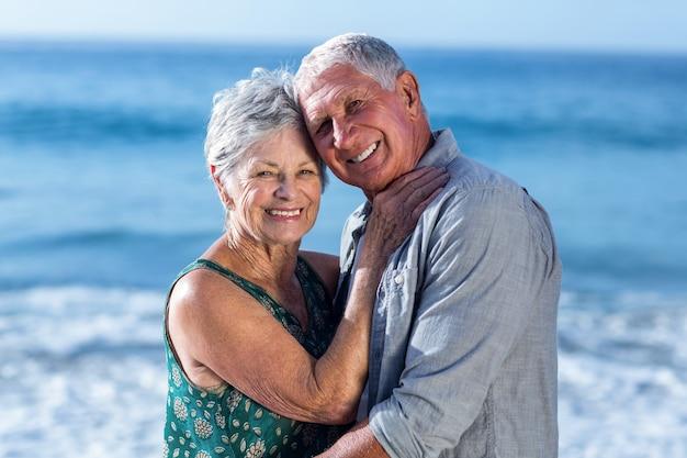 Senior para obejmując na plaży