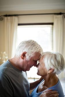 Senior para romansuje w sypialni w domu