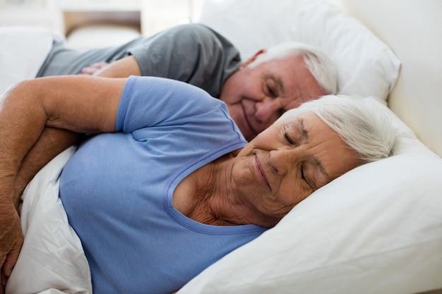 Senior para spanie w sypialni w domu