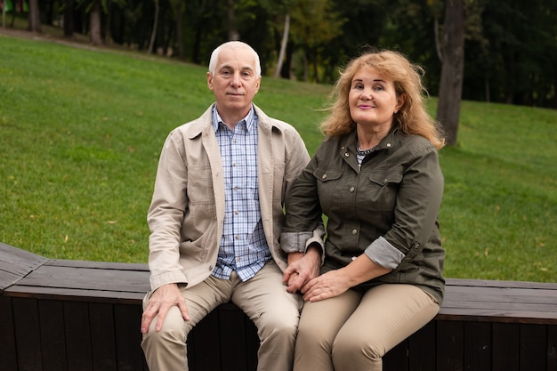 Senior para zakochanych w parku jesienią lub na zewnątrz dnia