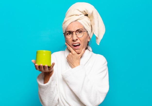 Senior pretty woman po prysznic na sobie szlafrok. koncepcja produktów do czyszczenia twarzy lub pod prysznic