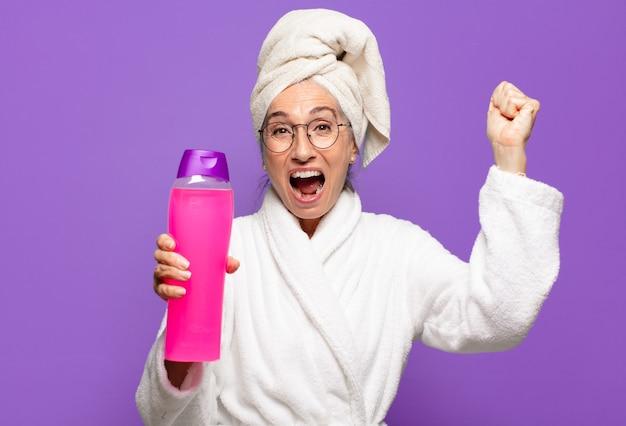 Senior pretty woman po prysznic na sobie szlafrok