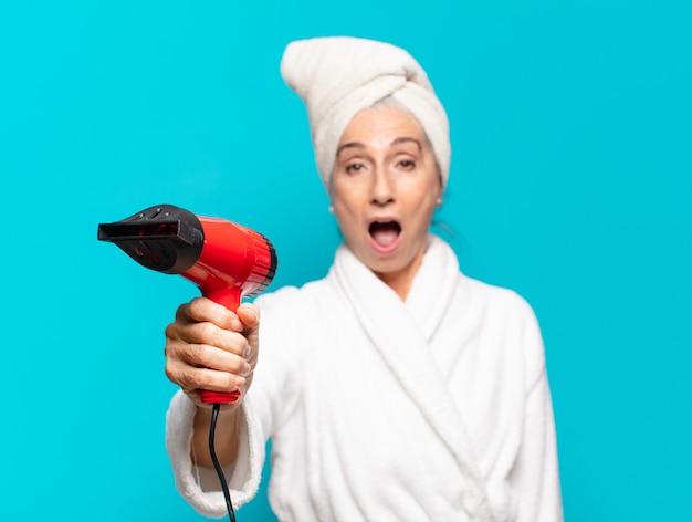 Senior Pretty Woman Po Prysznic Na Sobie Szlafrok Premium Zdjęcia