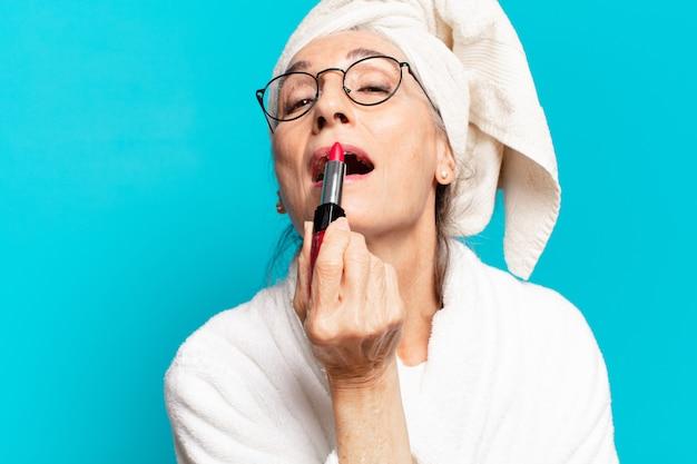 Senior pretty woman po prysznic, uzupe? niaj? ce i noszenie szlafroka
