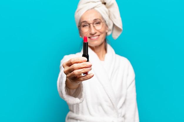 Senior pretty woman po prysznicu uzupe? niaj? c i noszenie szlafroka