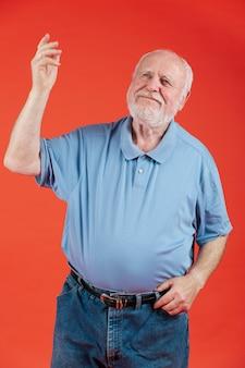 Senior w domu tańczy przy dobrej muzyce