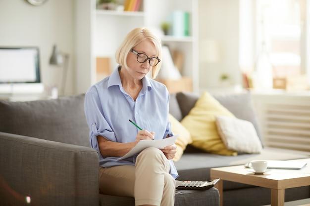 Senior woman obliczanie finansów