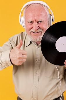 Senior wysoki kąt z nagraniami muzycznymi