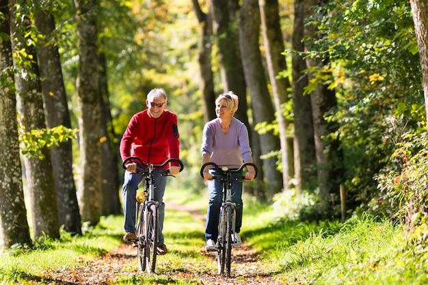 Seniorzy ćwiczący na rowerze