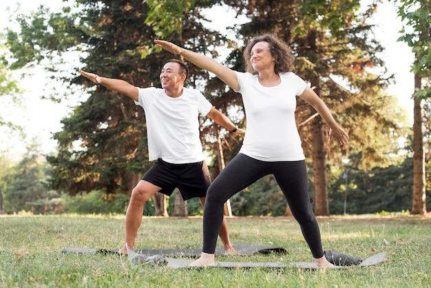 Seniorzy ćwiczący razem