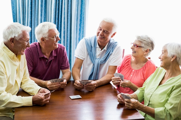 Seniorzy grają razem w karty