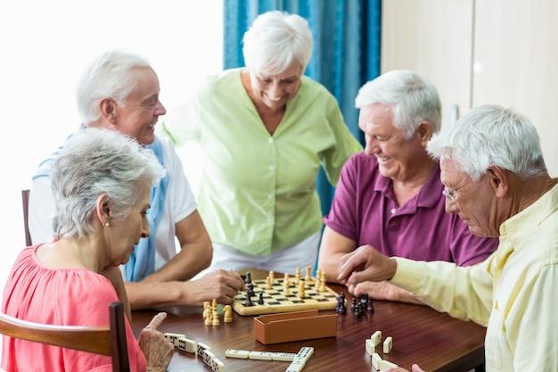 Seniorzy grający w gry