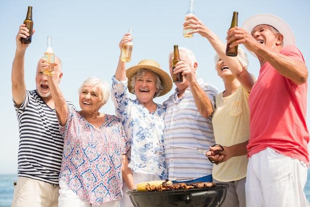 Seniorzy mający grilla