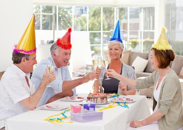Seniorzy na urodziny w domu