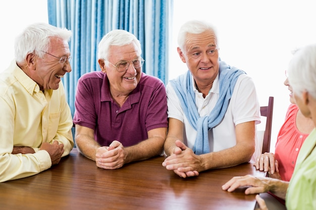 Seniorzy rozmawiają przy stole