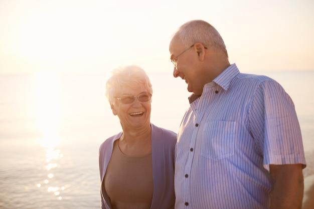 Seniorzy spacerujący po plaży