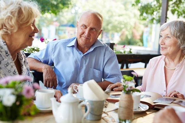 Seniorzy spędzają razem miło czas