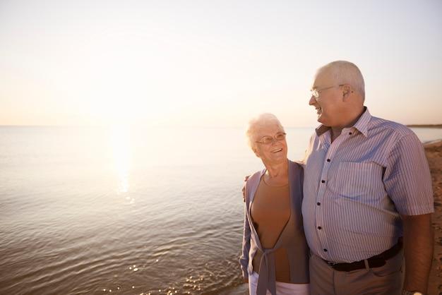 Seniorzy spędzający czas nad morzem
