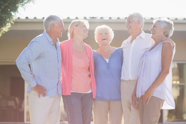 Seniorzy stojący razem
