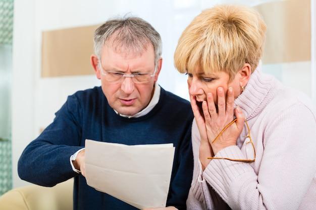 Seniorzy w domu odbierają złą wiadomość