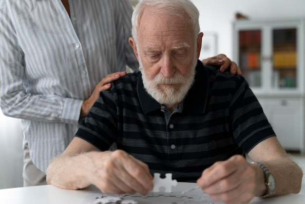 Seniorzy w obliczu choroby alzheimera