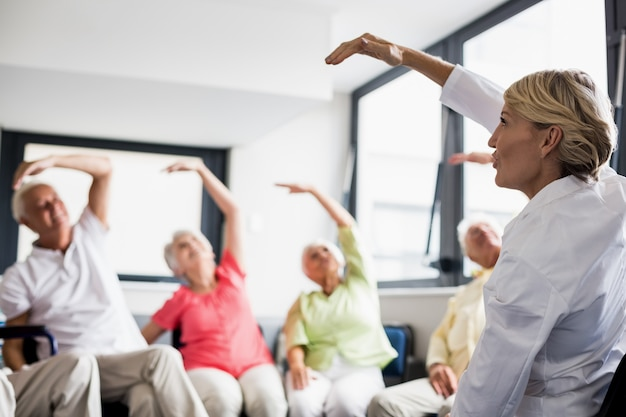 Seniorzy wykonujący ćwiczenia