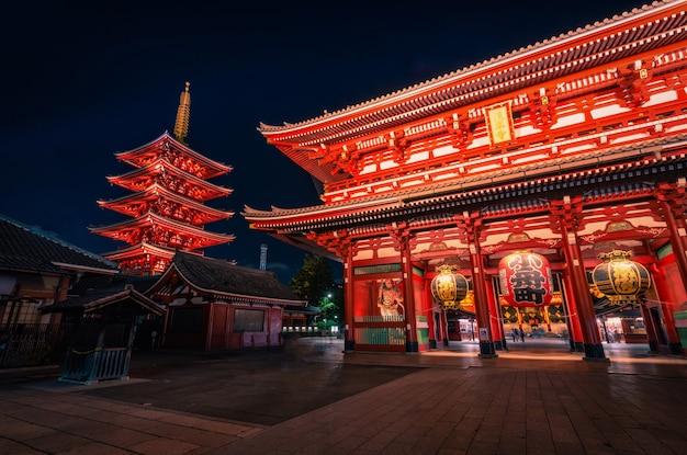 Sensoji to starożytna świątynia buddyjska nocą w asakusa, tokio, japonia.